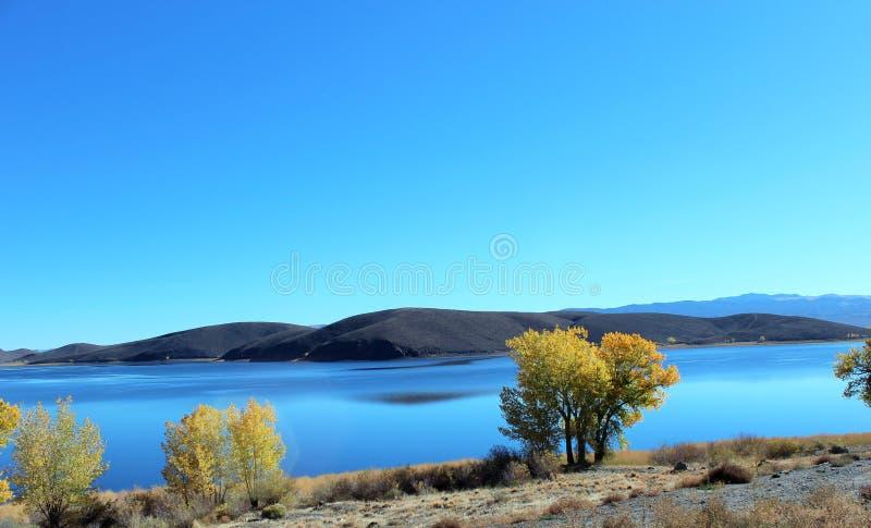 Colori di corrispondenza del lago con il cielo immagine stock