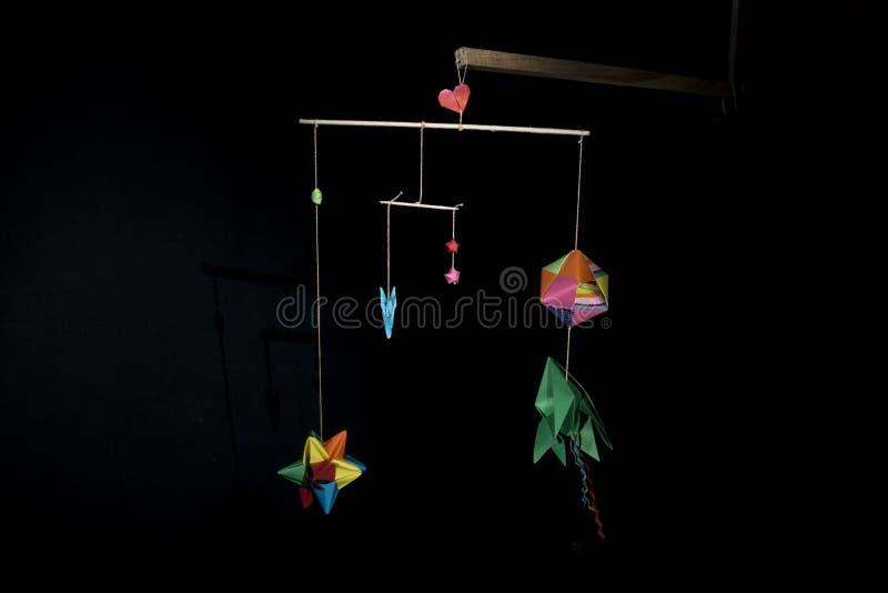 Colori di origami sul nero fotografie stock