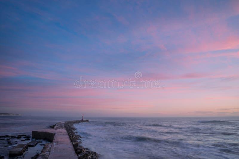 Colori di tramonto in faro di Vila do Conde immagine stock libera da diritti