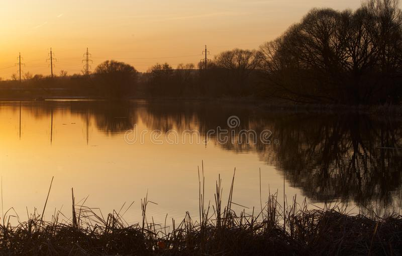 Colori di tramonto sopra il fiume e le sue riflessioni fotografie stock libere da diritti