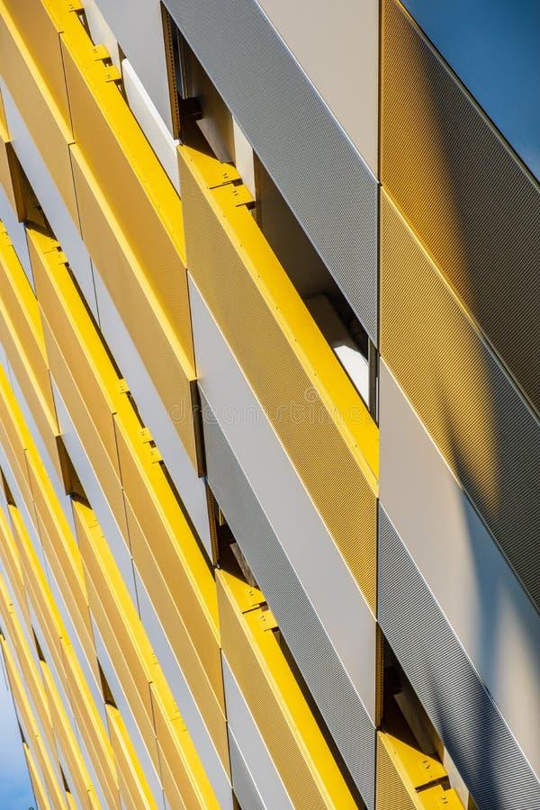Colori e forme di contrapposizione sulla facciata della costruzione a Manchester, immagini stock