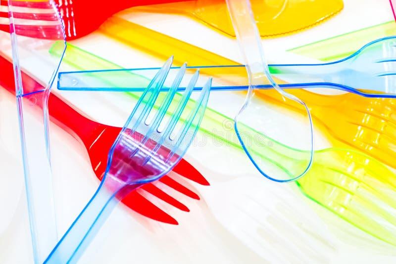 Colori il fondo bianco isolato plastica del piatto della forcella del cucchiaio immagini stock