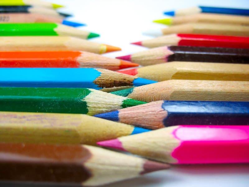 Colori le matite dentro organizzano con il fuoco sulla metà fotografia stock