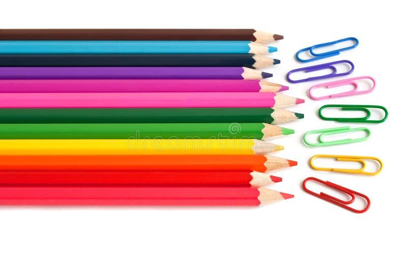 Colori le matite e le clip di carta, cancelleria dell'ufficio fotografie stock libere da diritti