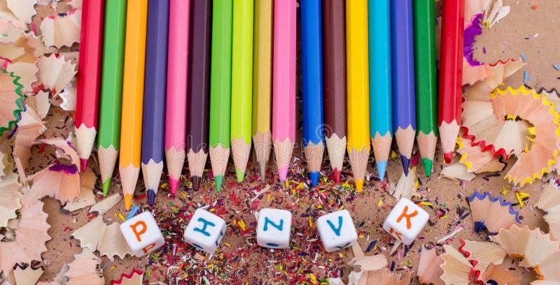 Colori le matite ed i cubi della lettera sui trucioli della matita fotografia stock