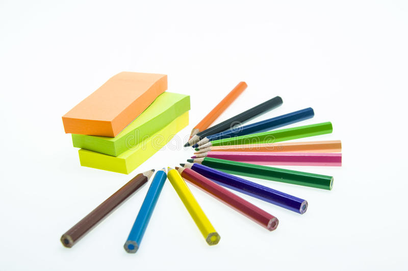 Colori le matite isolate sulla fine bianca della priorità bassa in su fotografia stock