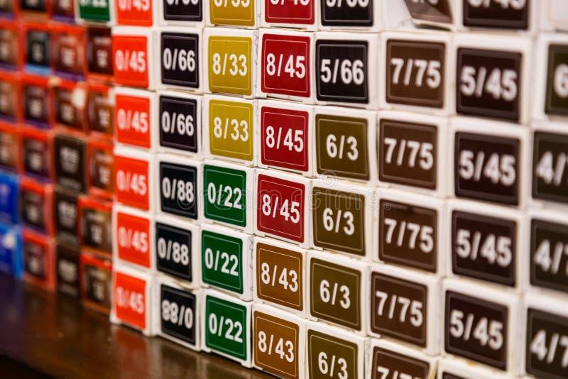 Colori le opzioni di colore chimico della tintura per capelli al salone fotografia stock libera da diritti