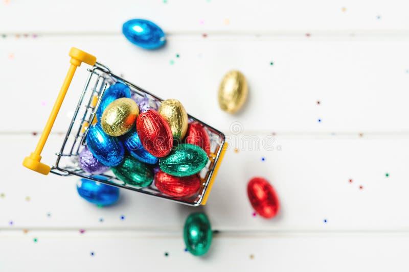 Colori le uova di Pasqua del cioccolato Vendite e sconti di Pasqua Uova festive avvolte in stagnola colorata Vista superiore, spa fotografia stock