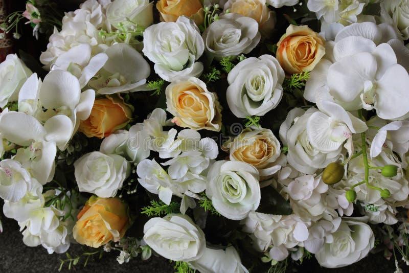 Colori luminosi e bei dei fiori di plastica fotografie stock libere da diritti