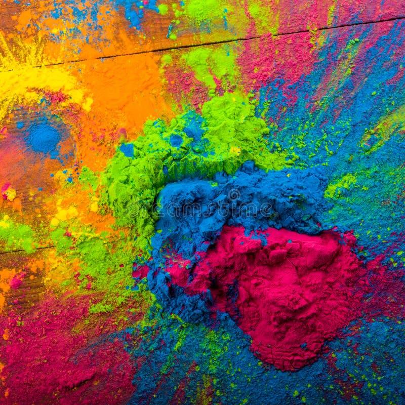 Colori luminosi su legno segato per il festival indiano di holi Colori gulal variopinti della polvere per Holi felice con lo spaz fotografie stock