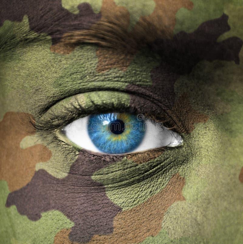 Colori militari su viso umano immagini stock libere da diritti
