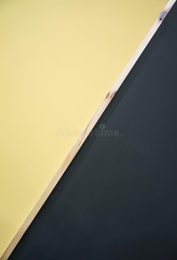 Colori neri e gialli della parete di legno differente immagini stock libere da diritti
