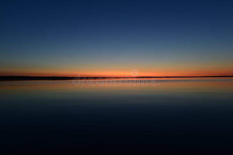 Colori rossi al crepuscolo nell'orizzonte su uno sfondo azzurro al tramonto immagini stock libere da diritti