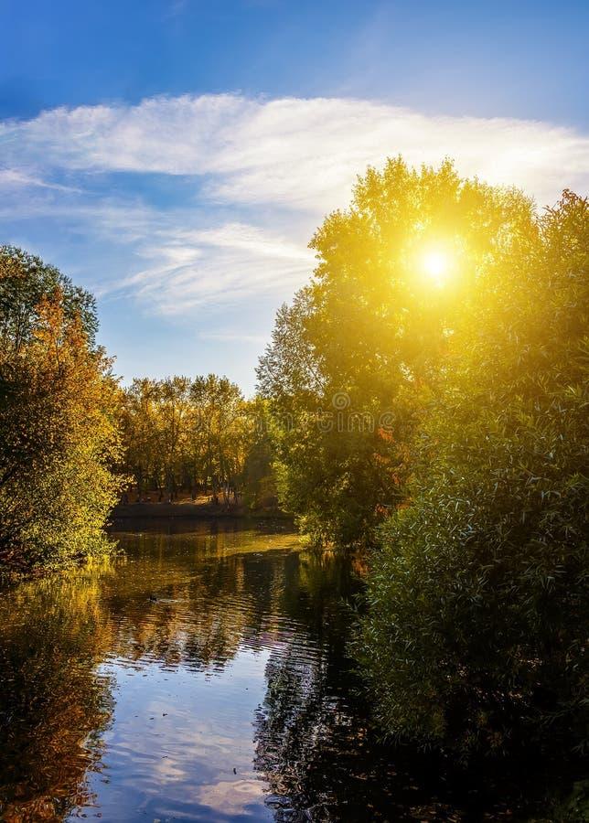 Colori vibranti di autunno di Serpentine River serena al parco, immagini stock