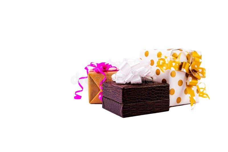 Colorida caja de regalo decorativa con arcos y cintas sobre fondo blanco imágenes de archivo libres de regalías
