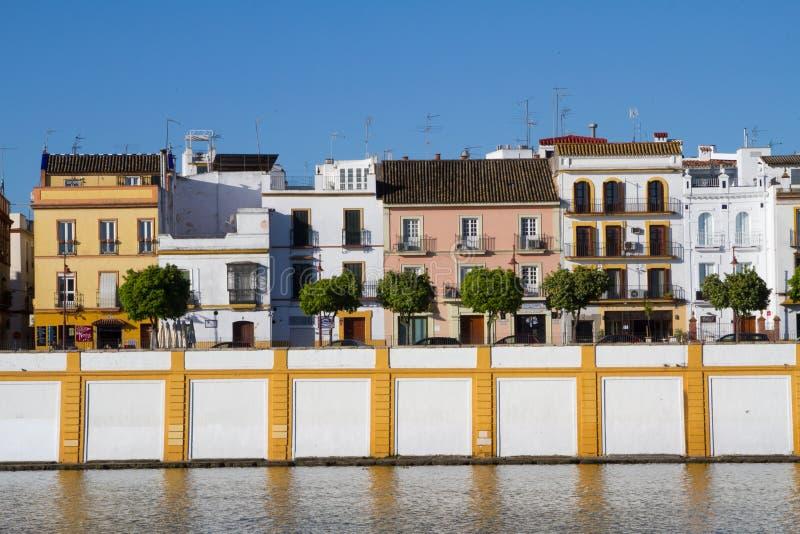 Coloridas casas españolas ubicadas en Sevilla fotografía de archivo libre de regalías