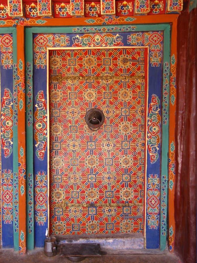 Colorido adornó a puerta cerrada en el monasterio de Drepung, Lasa, Tíbet, China fotos de archivo libres de regalías