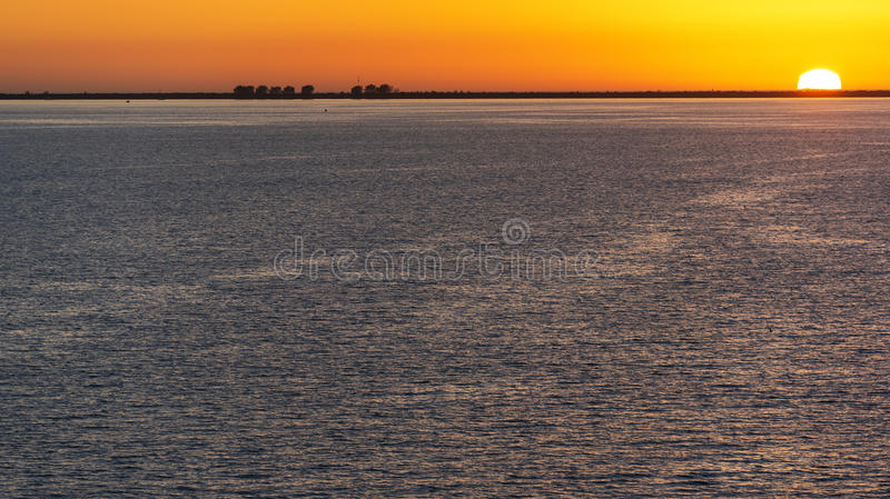 Colorido apisuena puesta del sol de la bahía foto de archivo