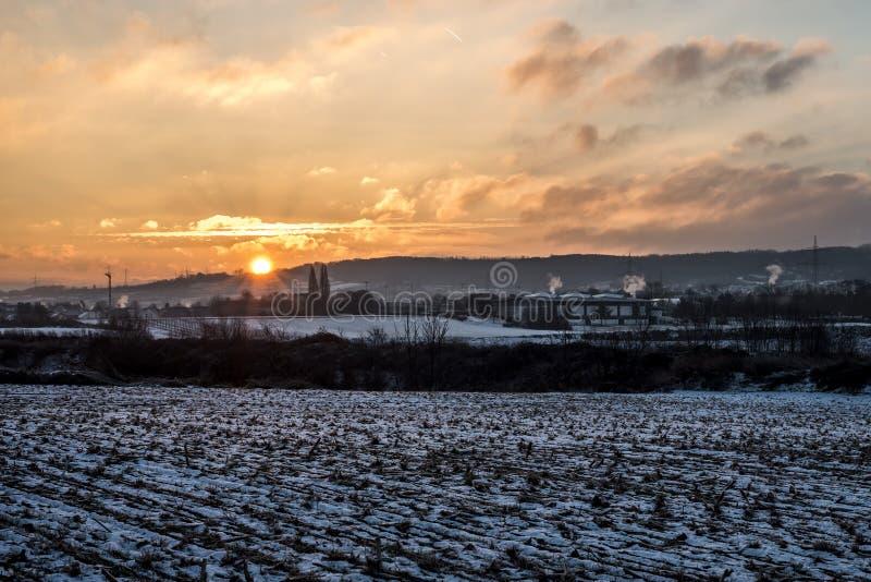 Colorido branco da neve da paisagem da terra do nascer do sol do por do sol do inverno imagem de stock royalty free