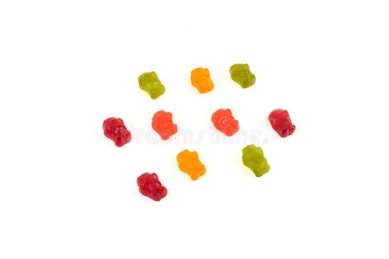 Colorido coma los osos gomosos gelatinan el caramelo, aislado en el fondo blanco imagenes de archivo