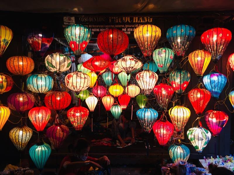 Colorido da lanterna leve na cidade antiga de Hoi An da rua da noite, Vietname fotos de stock