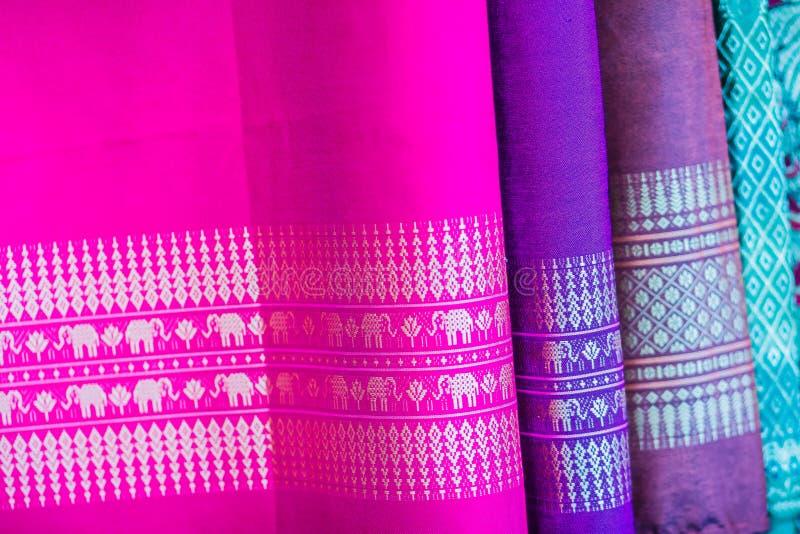 Colorido da seda tailandesa nativa do estilo Tela de seda tailandesa tecida feito a mão bonita das telas textured foto de stock
