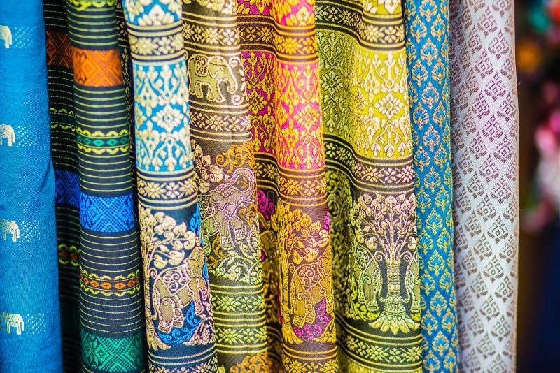 Colorido da seda tailandesa nativa do estilo Tela de seda tailandesa tecida feito a mão bonita das telas textured imagem de stock royalty free