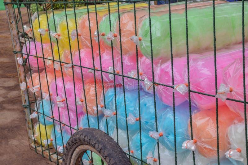 Colorido da sobremesa de seda doce, doces tailandeses, Saimai, no trole para a venda em Tailândia foto de stock royalty free