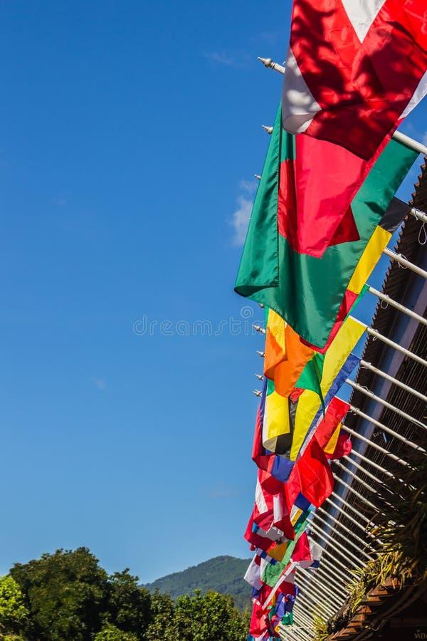 Colorido de bandeiras internacionais no céu azul claro fotografia de stock royalty free