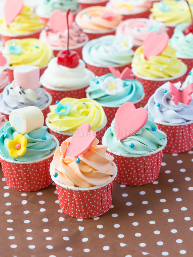 Colorido de bolos do copo imagens de stock royalty free