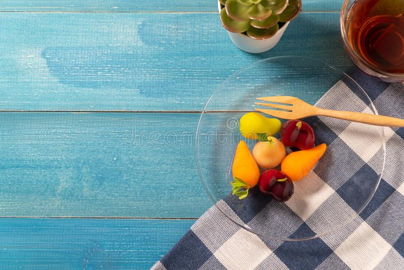 Colorido de frutas de imitación deletable que la MIRADA CHOUP de KANOM es bocado tailandés ponga en una placa de cristal con una  imagen de archivo libre de regalías