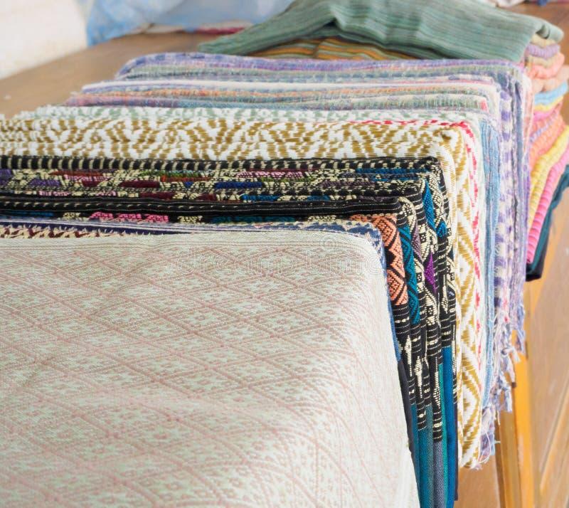 Colorido de la seda del estilo y del modelo tailandeses nativos de las materias textiles imagen de archivo