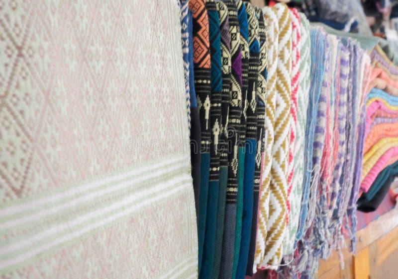 Colorido de la seda del estilo y del modelo tailandeses nativos de las materias textiles imagenes de archivo
