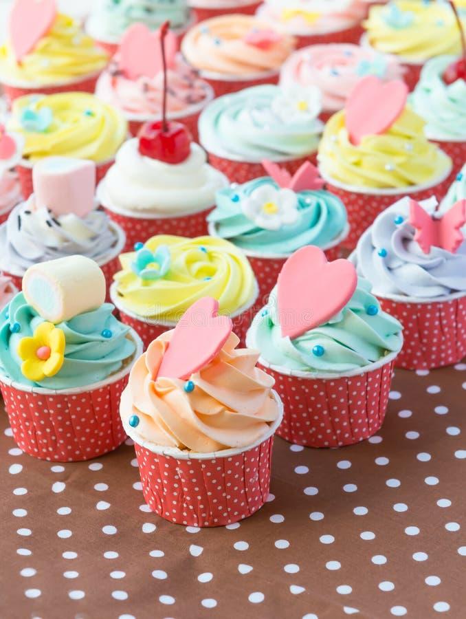 Colorido de las tortas de la taza imágenes de archivo libres de regalías