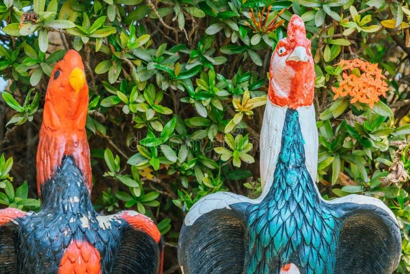 Colorido de muchas estatuas del gallo en rey Naresuan Monument fotos de archivo