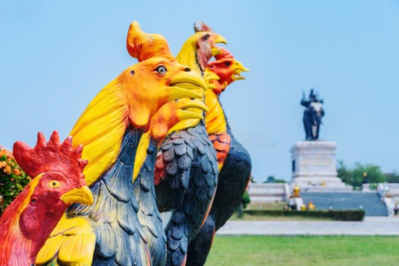 Colorido de muchas estatuas del gallo en rey Naresuan Monument imagen de archivo libre de regalías