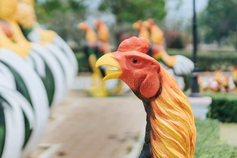 Colorido de muchas estatuas del gallo en rey Naresuan Monument foto de archivo