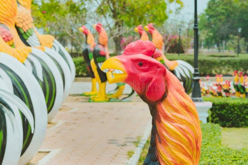 Colorido de muchas estatuas del gallo en rey Naresuan Monument imágenes de archivo libres de regalías