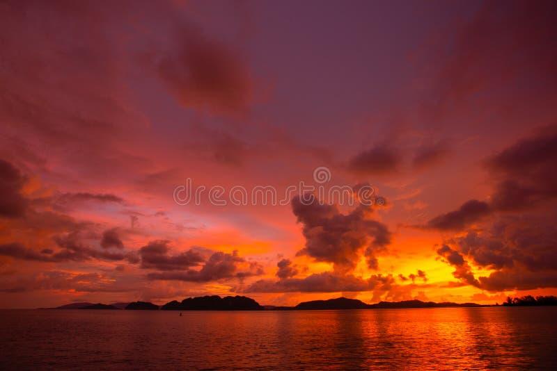 Colorido de nubes y del cielo en la puesta del sol imágenes de archivo libres de regalías