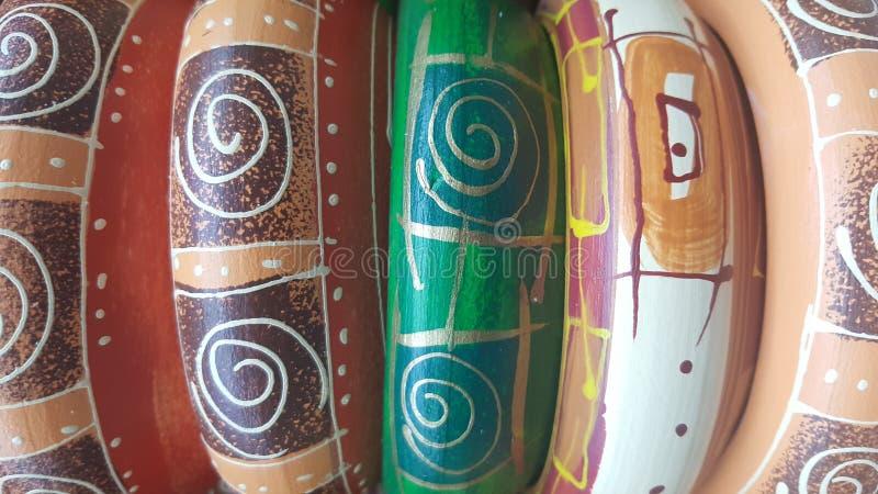 Colorido de potes de cerámica hechos a mano foto de archivo