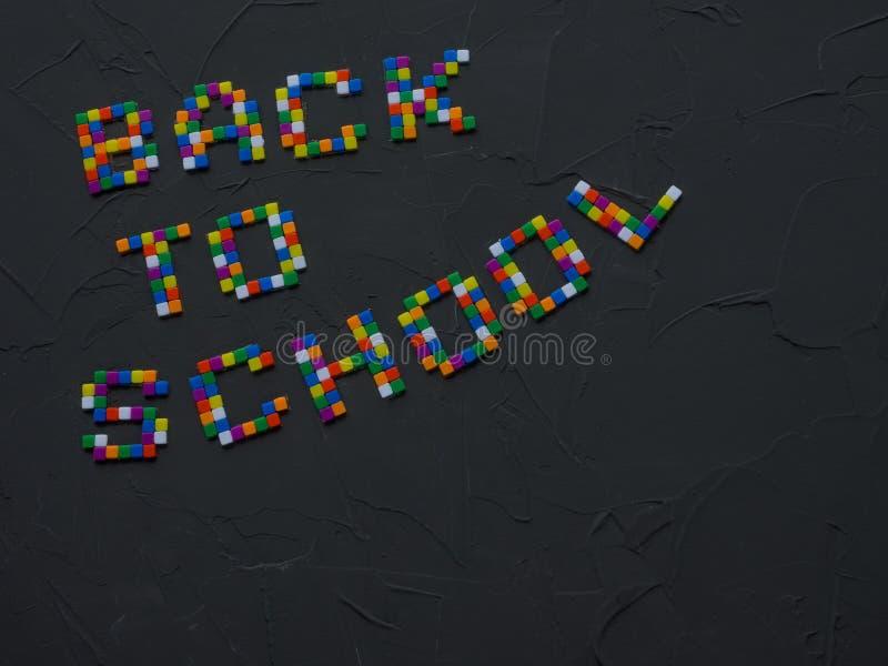 Colorido DE VOLTA às palavras da ESCOLA com parte das pontas do lápis da cor mostradas no quadro Conceito de volta à escola foto de stock