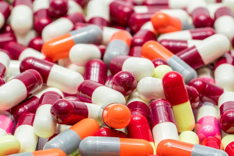 Colorido del antibiótico encapsula las píldoras, resistencia a los medicamentos foto de archivo libre de regalías