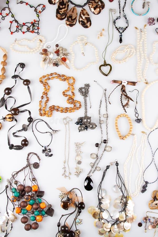 Colorido diversos braceletes e colares isolados no fundo branco imagem de stock royalty free