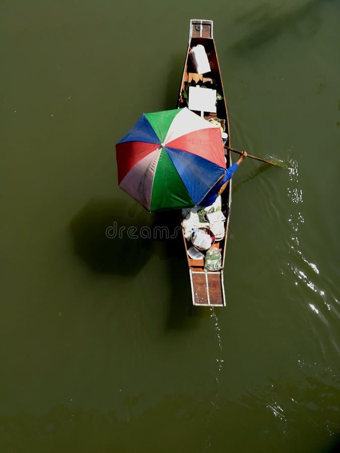 Colorido do barco a remos contenha o fruto para o selll em Amphawa foto de stock royalty free