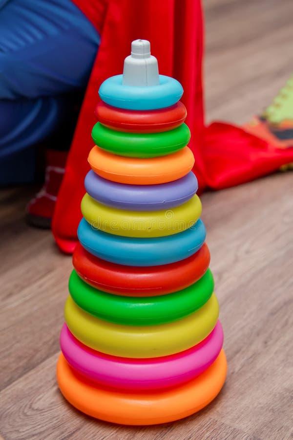 Colorido do brinquedo plástico do cone na praia Pirâmide falsificada diminuta no fundo branco Miniatura da casa de boneca, brinqu foto de stock