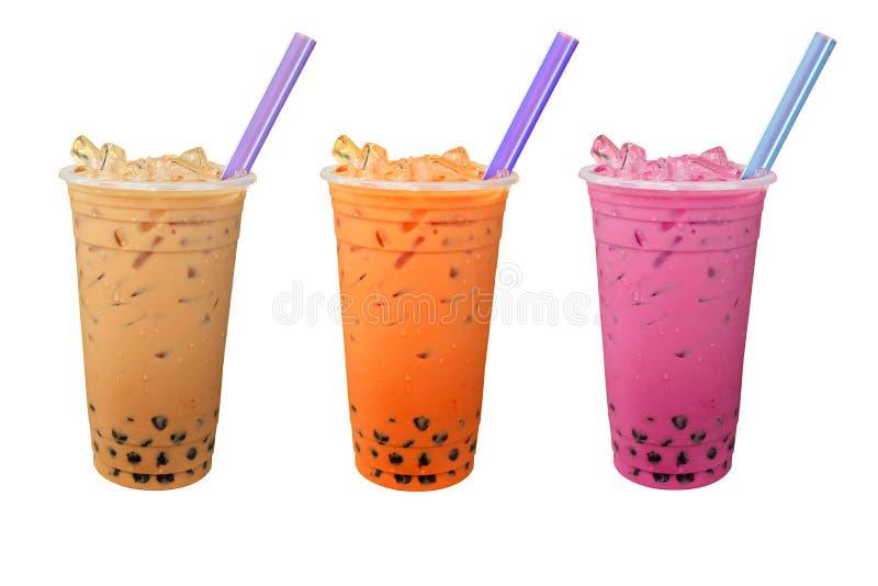 Colorido do chá do leite da bolha da pérola com gelo em uns copos plásticos isolados no branco imagens de stock