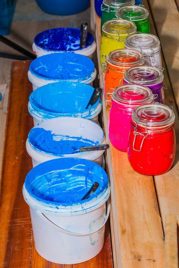 Colorido do vidro da tinta do Plastisol na claro possa na tabela do pinheiral para o t-shirt da cópia de tela foto de stock royalty free