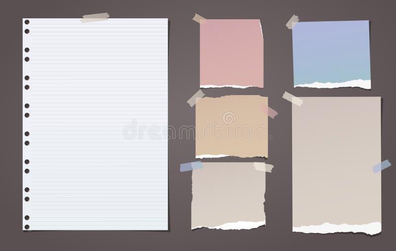 Colorido e branco alinhou a nota rasgada, partes de papel do caderno para o texto colado com a fita pegajosa no fundo marrom Veto ilustração stock