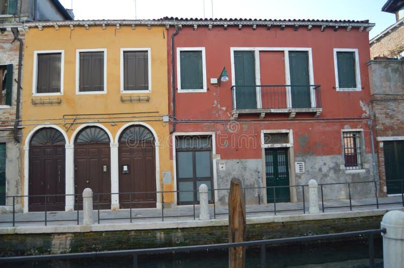 Colorido e Pictureque Buidings em uma caminhada bonita ao longo do Fondamenta Fornace ao longo do canal Del Rio Fornace In Venice imagens de stock royalty free