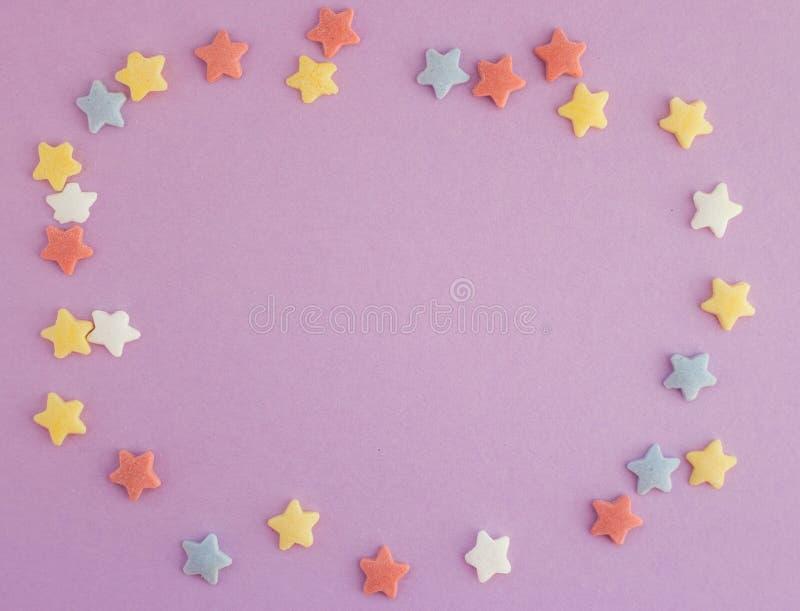 Colorido protagoniza na forma quadrada no fundo roxo com espaço da cópia Cartão brilhante foto de stock royalty free